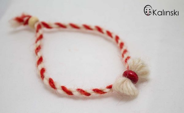 мартеници-от-вълна-гривна-бяло-и-червено-с-дървено-мънисто