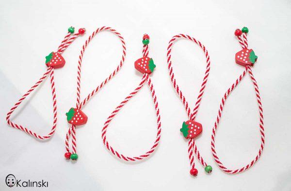 ълнени-мартеници-гривна-бяло-и-червено-с-дървено-ягода-2с
